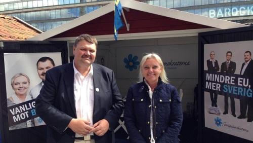 Lundgren och Winberg vid valstugan på Sergels Torg (Foto: SD-Kuriren)