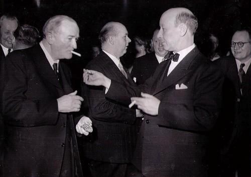 Oskar Bengtsson, JOBs farfar, tänder en cigarett åt folkhemsfadern, socialminister Gustav Möller.
